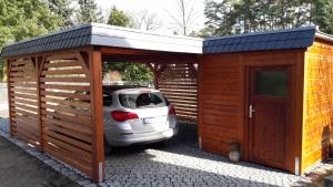 flachdach carport mit geräteschuppen berlin echtholz