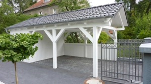 Weisses Holz Carport mit Satteldach